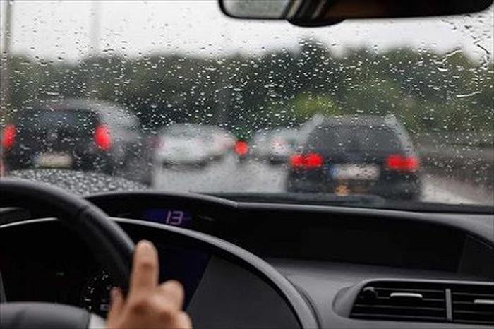 Chú ý khi lái xe trời mưa